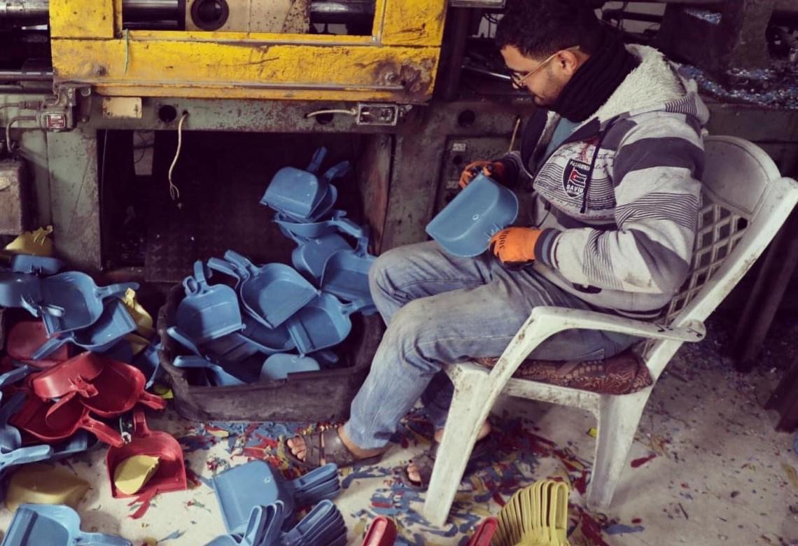 رحلة إعادة تدوير النفايات البلاستيكية في غزة