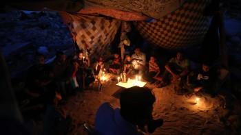 بالصور: سكان في غزة يدقون أوتاد الخيام وسط الركام
