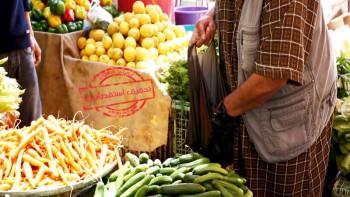 تحقيق: مخاطر أكياس النايلون السوداء تتغلغل في الأغذية