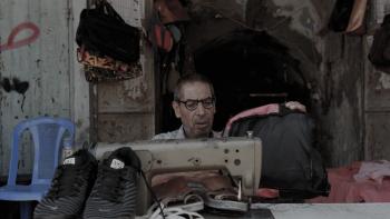 العام الدراسي موسم آخر للعمل: الإسكافي ملجأ فقراء غزة