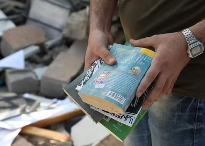 """""""هي أيضاً حرب تجهيل""""... الاحتلال يستهدف مكتبات غزة"""