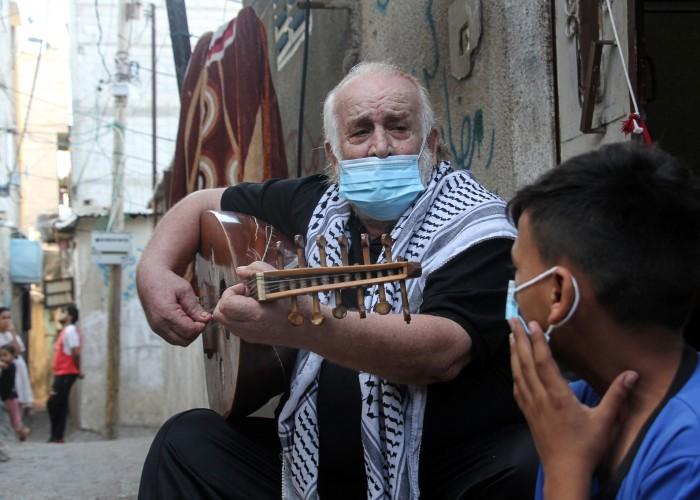 """عن """"توفيق"""" الذي ينشر الأمل في غزة بالموسيقى"""