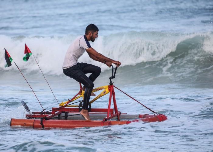 في غزة.. أول دراجة مائية ليست للمغامرة بل لإنقاذ الغرقى