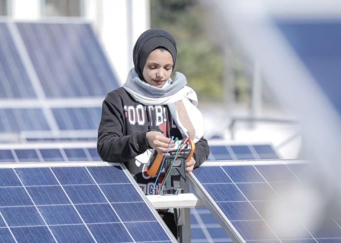 فنيات الطاقة المتجددة في غزة يكتسحن المجال