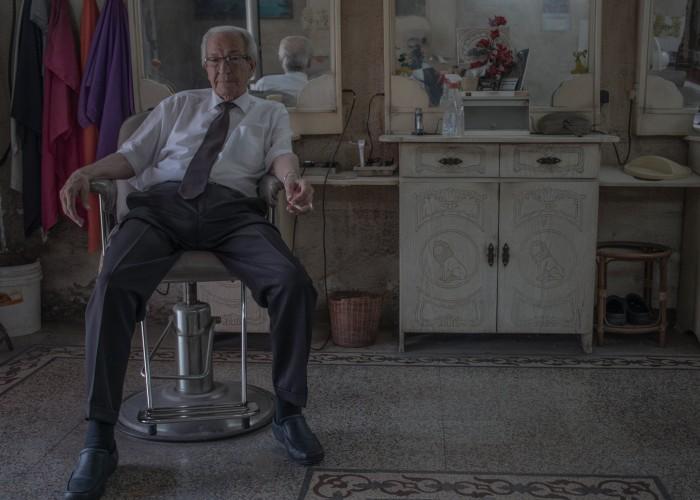 الثمانيني زعبي وتجربة  65 عاماً في الحلاقة
